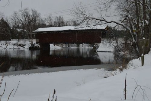 Pont Narrows à moins de 5 min. en auto. Un des rares pont couvert à prendre appui sur les rives d'un lac